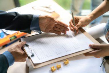 o-homem-de-negocios-e-comprador-de-casa-tinha-alcancado-um-objetivo-junto-e-assinou_36650-174