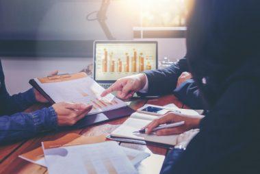 povos-de-negocios-analisando-dados-juntos-no-trabalho-em-equipe-para-planejamento-e-inicializacao-de-novo-projeto_38335-353